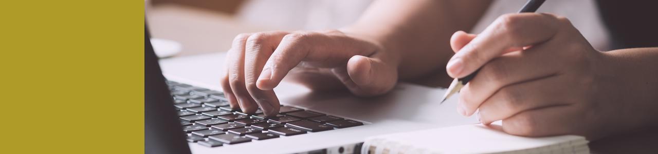 Hand schreibend auf Tastatur